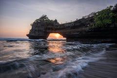 Solnedgång på Pura Batu Bolong, Tanah lott, Bali, Indonesien royaltyfri fotografi