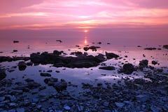 Solnedgång på Rock kusten, Lake Baikal, Ryssland arkivfoton