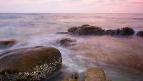 Solnedgång på Rock stranden Arkivfoton