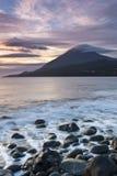 Solnedgång på rocksna Arkivfoto
