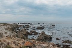 Solnedgång på Rocky Monterey Ca, arkivbilder
