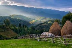 Solnedgång på romanian kullar Arkivfoton