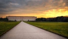 Solnedgång på Royal Palace av Caserta arkivbild