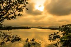Solnedgång på sången Huong, ton Arkivbilder