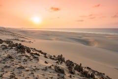 Solnedgång på sanddyn i den Chaves stranden Praia de Chaves i Boavist Royaltyfria Foton