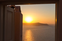 Solnedgång på Santorini till och med en dörr Fotografering för Bildbyråer