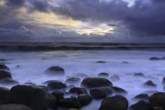 Solnedgång på seacoasten royaltyfria bilder