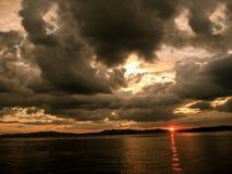 Solnedgång på Sebago sjön i Maine arkivbild