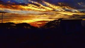 Solnedgång på segla utmed kusten fotografering för bildbyråer