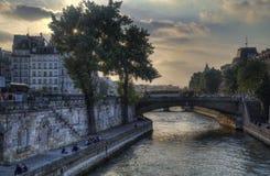 Solnedgång på Seinet River i Paris, Frankrike fotografering för bildbyråer