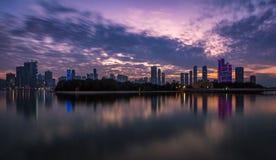 Solnedgång på Sharjah strand Arkivbild