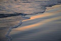 Solnedgång på shoreline i Laguna Beach, Kalifornien Arkivbilder