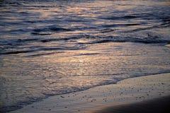 Solnedgång på shoreline i Laguna Beach, Kalifornien Arkivfoto