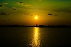 Solnedgång på sjön Royaltyfri Fotografi