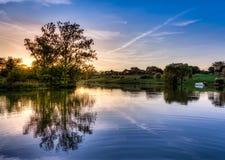 Solnedgång på sjön arkivfoto