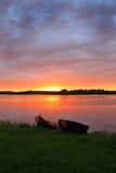 Solnedgång på sjön Arkivbild
