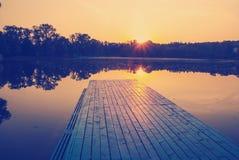 Solnedgång på sjön Arkivfoton