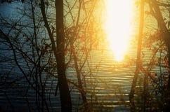 Solnedgång på sjön Arkivbilder