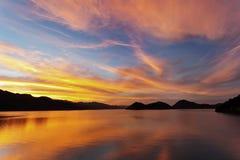 Solnedgång på sjön av fördämningen Royaltyfri Bild