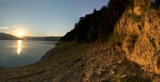 Solnedgång på sjön Bicaz, Rumänien Arkivbilder