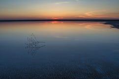 Solnedgång på sjön Elton Arkivbilder