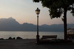 Solnedgång på sjön Garda, Torri del Benaco, Italien Arkivfoto