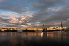 Solnedgång på sjön i mitten av Hamburg Arkivfoton