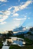 Solnedgång på sjön med berg royaltyfria bilder