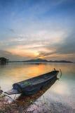 Solnedgång på sjön med ett fartyg Fotografering för Bildbyråer