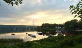 Solnedgång på sjön med fartyg Arkivbilder