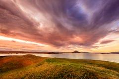 Solnedgång på sjön Myvatn Royaltyfri Bild