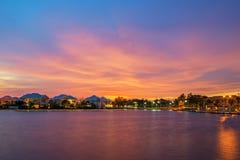 Solnedgång på sjön och huset Royaltyfri Fotografi