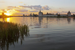 Solnedgång på sjön Siverskoe om den Kirillo-Belozersky kloster Arkivbilder