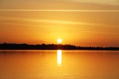 Solnedgång på sjön - sommartid Arkivbilder