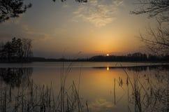 Solnedgång på sjön på vårafton i Sverige Fotografering för Bildbyråer