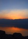 Solnedgång på sjöreflexion Fotografering för Bildbyråer