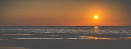 Solnedgång på sjösidabanret royaltyfria bilder