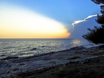 Solnedgång på sjösidan Arkivfoto