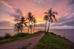 Solnedgång på sjösidan royaltyfri foto