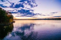 Solnedgång på sjöwylie Arkivfoto