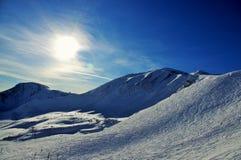 Solnedgång på Ski Slope i de kanadensiska steniga bergen Arkivbilder