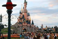 Solnedgång på slotten för sova skönhet på Disneyland Paris med folkmassan arkivbild