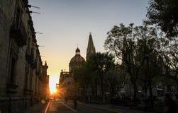 Solnedgång på slutet av gatan nära den Guadalajara domkyrkan, Jalisco, Mexico Royaltyfria Foton