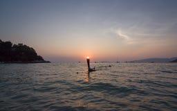 Solnedgång på solnedgångstranden på den Lipe ön fotografering för bildbyråer