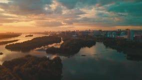 Solnedgång på sommar i den siberian staden lager videofilmer