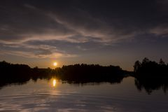 Solnedgång på spindel sjön i nordliga Wisconsin royaltyfri foto