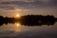Solnedgång på spindel sjön i nordliga Wisconsin arkivfoto