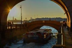 Solnedgång på St Petersburg sommartid arkivbilder