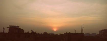 Solnedgång på stad Royaltyfria Bilder