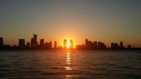 Solnedgång på staden arkivbild